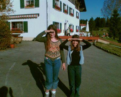 Anna et Alvina devant le Relais Isler